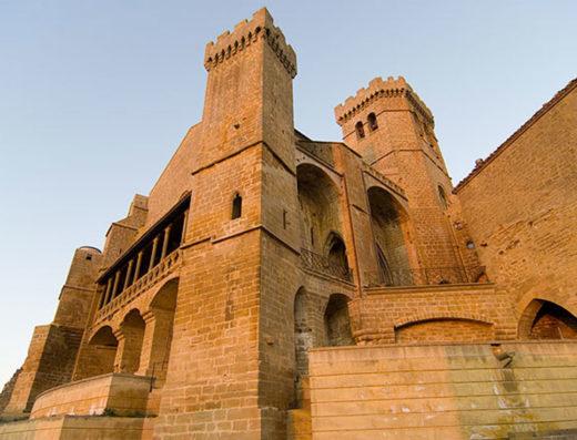 Viajes y escapadas a la natural, escapadas rurales de fin de semana y otras actividades de turismo rural en la zona media de Navarra como la iglesia de Santa María de Ujue.