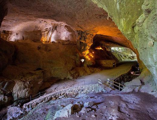 turismo rural y escapadas rurales a Baztan Bidasoa en navarra descubre sus parques naturales como las cuevas de Zugarramurdi