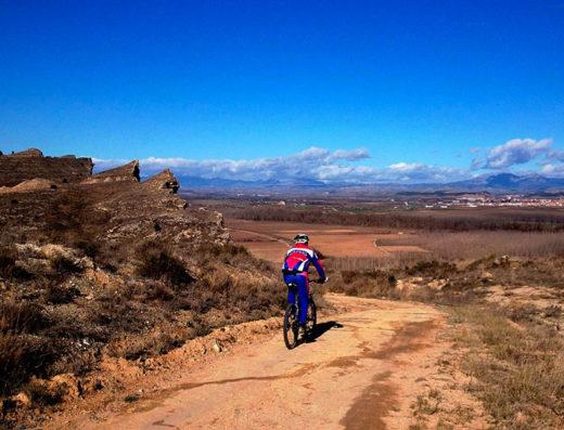 Turismo rural y escapadas rurales de fin de semana para familias, parejas y amigos por la navarra meridional, descubre sus parques naturales y sus actividades en la naturaleza como el circuito de mountain bike de Tierra Estella.