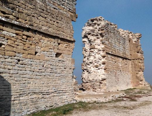 Viajes y escapadas a la natural, escapadas rurales de fin de semana y otras actividades de turismo rural en navarra en la comarca de Pamplona como la visita a las ruinas del castillo de Tiebas.