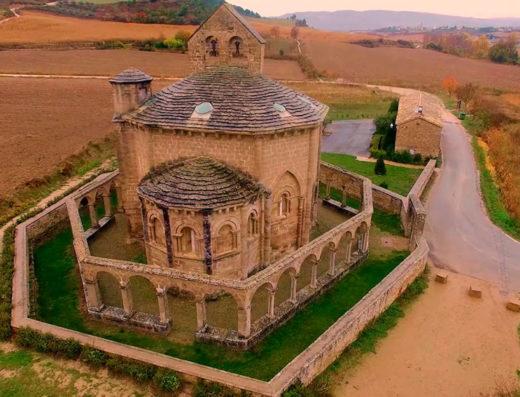 Viajes y escapadas a la natural, escapadas rurales de fin de semana y otras actividades de turismo rural en navarra en la comarca de Pamplona como la visita a la iglesia de Santa María de Eunate.