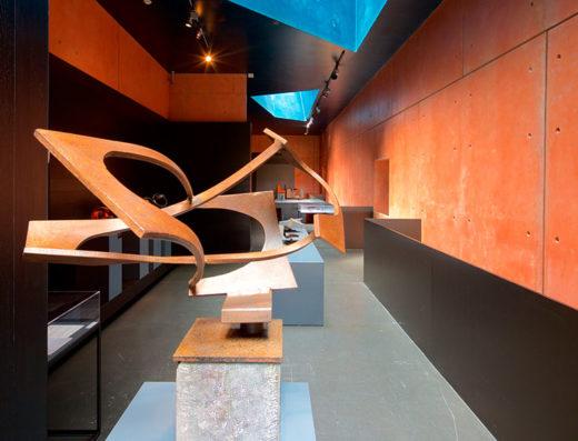 Viajes y escapadas a la natural, escapadas rurales de fin de semana y otras actividades de turismo rural en navarra en la comarca de Pamplona como la visita al museo de Jorge Oteiza.