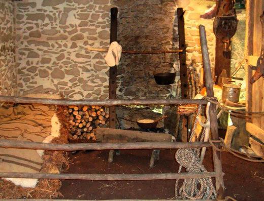 Viajes y escapadas a la natural, escapadas rurales de fin de semana y otras actividades de turismo rural en navarra en el pirineo como la visita al museo y casa memorial de Isaba.