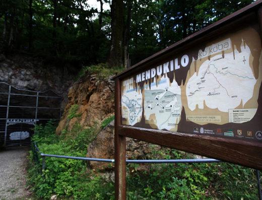 turismo rural y escapadas rurales por la sierra de aralar y urbasa de navarra descubre sus parques naturales las cuevas de mendukilo
