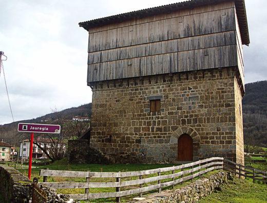 Viajes y escapadas a la natural, escapadas rurales de fin de semana y otras actividades de turismo rural en navarra como la visita al museo torre Jauregia