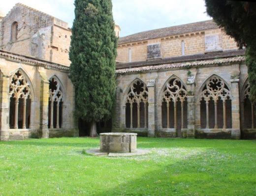 Viajes y escapadas a la natural, escapadas rurales de fin de semana y otras actividades de turismo rural en la zona media de Navarra como el monasterio de la oliva de Carcastillo