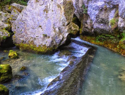 turismo rural y escapadas rurales por la sierra de aralar y urbasa de navarra descubre sus parques naturales el nacedero del iribas