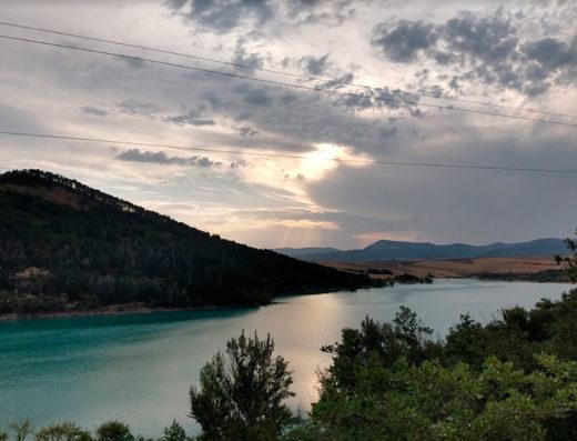 Actividades acuáticas y deportivas en la naturaleza del turismo rural de Navarra al norte de españa en el embalse de alloz