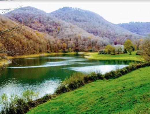 Actividades acuáticas en la naturaleza, deporte y turismo rural en Navarra en el embalse de leurtza al norte de España