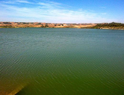 Actividades y deportes de agua en la naturaleza y turismo rural de Navarra en el norte de españa en la presa balsa el pulguer tudela