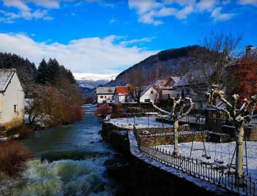 Actividades acuáticas y deportivas en piscinas y parques naturales en Navarra para turismo rural en el rio anduña en ochagavia al norte de españa
