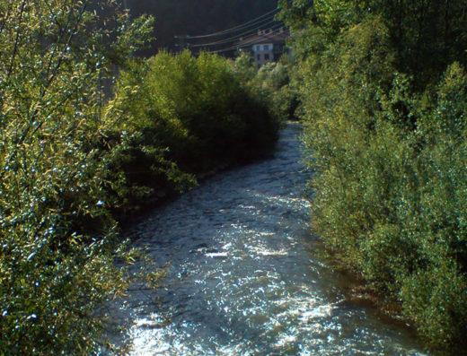 Piscinas al aire libre en Navarra en plena naturaleza para hacer deporte y turismo rural en el rio araxes del betelu al norte de españa